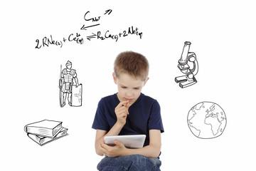 enfant garçon jeune étudiant sur une tablette