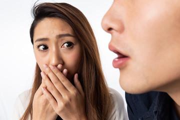 男性の口臭に口を塞ぐ女性