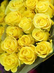 Fototapete - Fresh yellow roses bouquet flower background