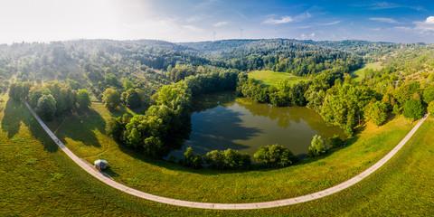 Luftaufnahme See im Sommer