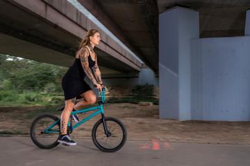 tätowierte Frau mit BMX Rad
