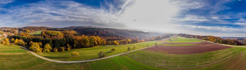 Luftaufnahme von Ackerland im Herbst
