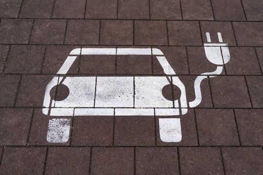 Ladeplatz / Elektro-Auto Piktogramm auf Pflastersteinen