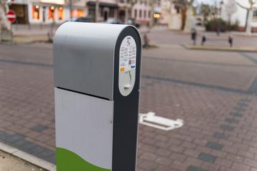 Ladesäule für Elektrofahrzeug auf öffentlichem Parkplatz