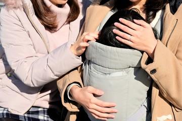 子供を見る母親とママ友