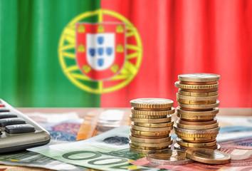 Fotomurales - Geldscheine und Münzen vor der Nationalflagge Portugals