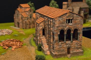 Backsteingebäude als Modellbau-Objekt in einer Miniatur-Landschaft