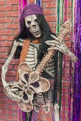 Skelett eines Rockmusikers mit Gitarre