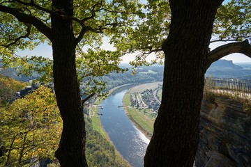 Blick in das Tal der Elbe mit der Stadt Rathen