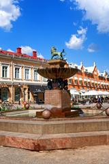 Brunnen mit Löwe vor der Bibliothek in Turku, Finnland