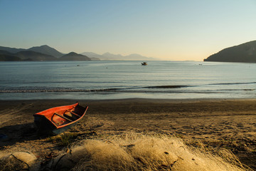 Amanhecer na tradicional praia do Itaguá