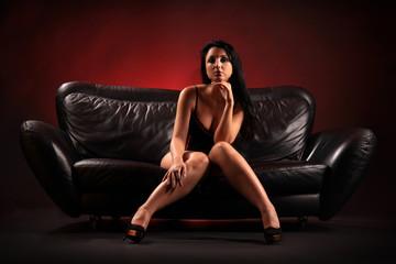Frau auf Sofa sitzend