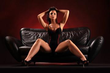 sexy posierende Frau auf Sofa