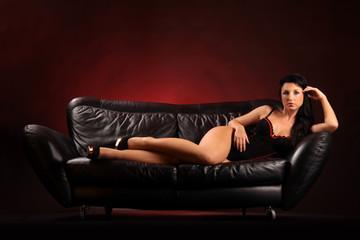 Frau liegt auf Sofa