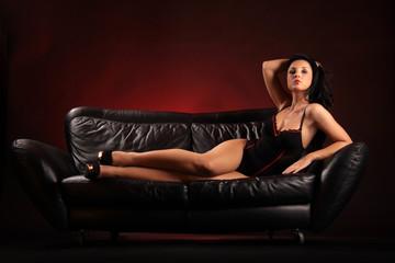 Frau räkelt sich auf Sofa