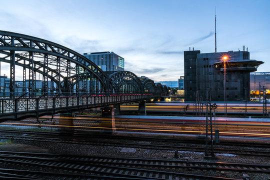 Hackerbrücke München mit vorbeifahrenden Zügen in der Nacht