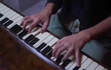 Ręce na klawiatiurze pianina