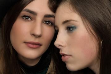 Due belle ragazze in primo piano