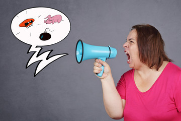 femme en colère hurlant dans un  porte-voix
