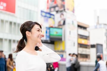 観光する女性 大阪