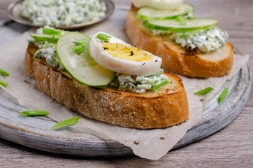 Open sandwich with vegetables