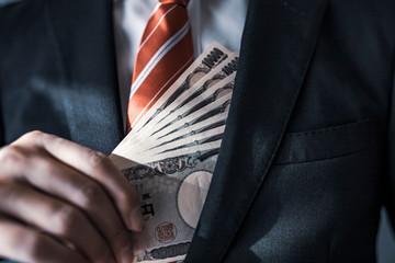 一万円札を持つビジネスマン