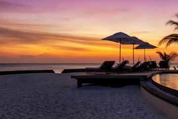 Sonnenuntergang über einem exotischen Strand in den tropischen Malediven