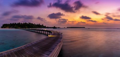 Panorama eines romantischen Sonneninterganges über einer tropischen Insel auf den Malediven