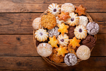 Photo sur Aluminium Biscuit plate of assorted cookies on wooden table