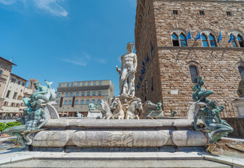 Fotomurales - The famous fountain of Neptune on Piazza della Signoria in Florence, Italy