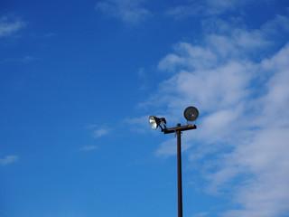 青空と照明