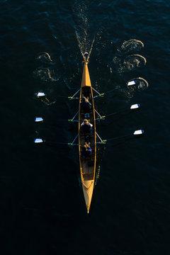Rudermannschaft in einem Ruderboot. Kanuten in einem Kanu von oben.