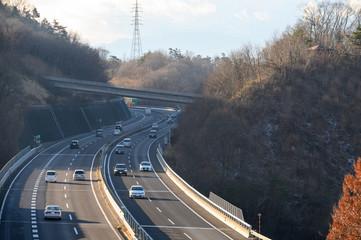 冬の山間部の高速道路