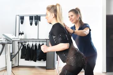 Trening fitness z trenerem osobistym. Elektrostymulacja mięśni na treningu fitness.