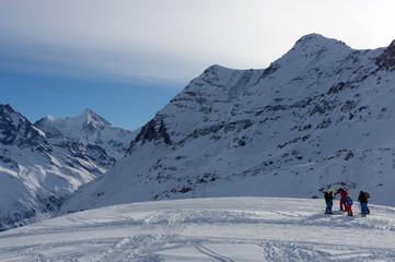 Famille à ski dans la poudreuse