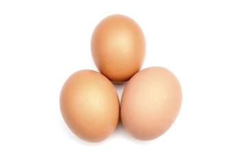 Drei Eier freigestellt auf weißem Hintergrund. Frische saubere Eier.