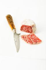 Salami mit weißem Trüffel und Parmesan auf weißem Hintergrund