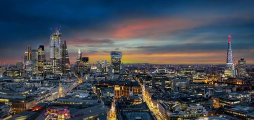 Panorama der beleuchteten Skyline von London am Abend: von der City bis zur Tower Bridge