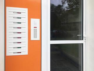 Haustür mit Klingeln und Briefkästen