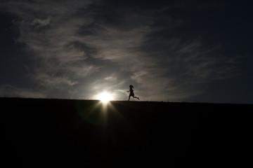 Kinder Silhouetten rennen
