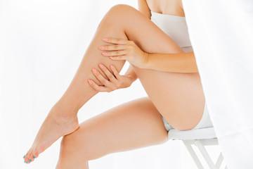 脹脛をマッサージする女性