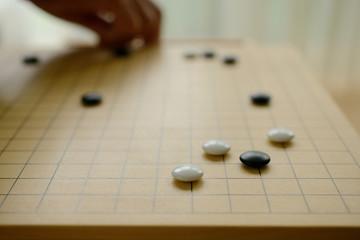 囲碁 碁盤 碁 高齢者の手 碁盤の目