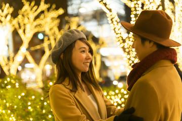 東京クリスマス イメージ・カップルデート・表参道 クリスマスイルミネーション 向き合う