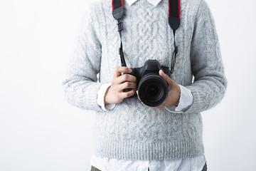 カメラを持つ女性の手