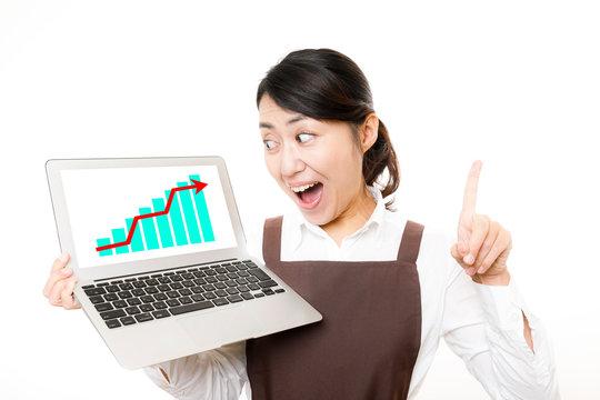 ノートパソコンと喜ぶ女性