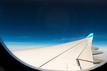 Aussicht aus einem Flugzeugfenster in großer Höhe