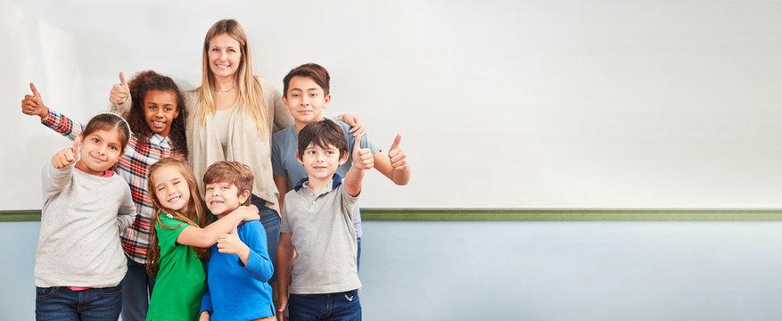 Multikulturelle Kinder in Schulklasse einer Grundschule