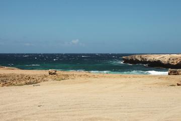 Mare blu e turchese con rocce e insenatura, Aruba, mar dei Caraibi