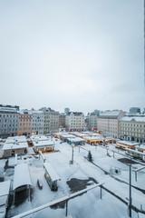 Schnee auf Stadt Marktplatz. Snow on city market square.