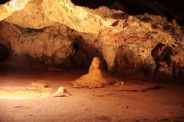 Aruba, Caraibi: Grotta naturale con apertura verso il cielo nel parco nazionale di Aruba
